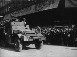 """Soldados españoles de la """"Nueve"""" en un semioruga  norteamericano."""