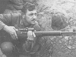 Soldado estadounidense sujeta un M1 Garand versión francotirador.