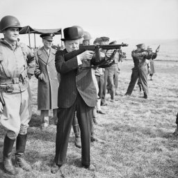 REINO UNIDO: Reino Unido a falta de subfusiles nacionales, compró subfusiles Thompson hasta la invención del STEN. Aquí vemos al primer ministro Churchill con uno de estos subfusiles.