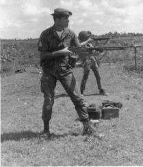 Soldado estadounidense en Vietnam entrena con un fusil ametrallador BAR.