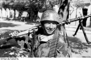Italien, Fallschirmjäger mit MG 34 in Ortschaft