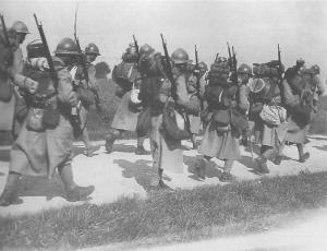 Columna de soldados franceses armados con fusiles Lebel de 8mm