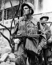 GUERRA FRÍA: El thompson participó también en la Guerra Civil China y la Revolución Cubana de mano de los guerrilleros comunistas. En esta foto vemos a un soldado norteamericano durante 1968 con su subfusil Thompson. Aunque en la fecha estaba un poco desfasado, se siguió utilizando por sus cualidades.