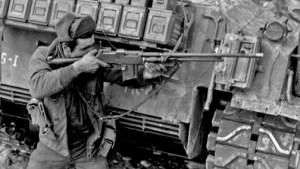 Soldado estadounidense con un BAR M1918A2 en Corea.
