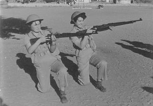 Personal femenino israelita armados con fusiles Mauser K98 durante 1954.