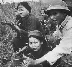 Milicias del vietcong entrenando con subfusiles PPSh-41