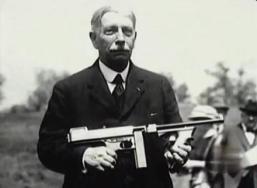 Un subfusil Thompson en manos de su inventor, John Thompson. Aunque inventó lo que parecía ser el arma del siglo, no tuvo éxito en los negocios con ella hasta años después de su invención.