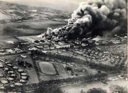 Complejo de Pearl Harbor en llamas tras los ataques.
