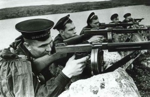 Marineros rusos durante  la 2ª Guerra Mundial armados con subfusiles Thompson M1928A1