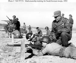 Soldados surcoreanos entrenando con fusiles M1 Garand en 1950.