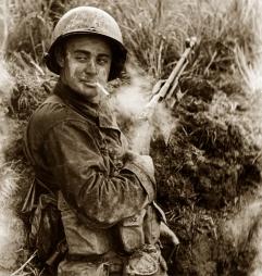 Soldado estadounidense durante la 2ª Guerra Mundial armado con un BAR