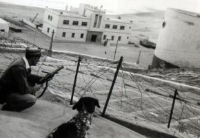 Soldado español durante la Guerra del Ifni con un subfusil MP28/Nranajero