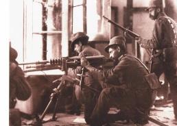 Soldados mexicanos con una ametralladora Hotchkiss M1914 en una casa.