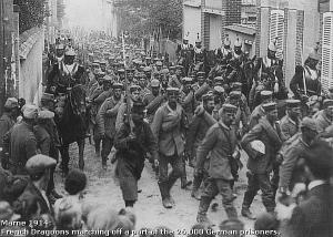 Una imagen simbólica tras la batalla. Prisioneros de guerra alemanes son escoltados por coraceros franceses.