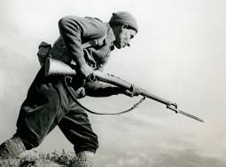 Miliciano armado con un fusil Mauser M1893 con la bayoneta calada.