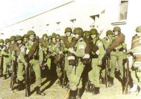 Paracaidistas españoles en Ifni armados con el fusil mauser M1943.