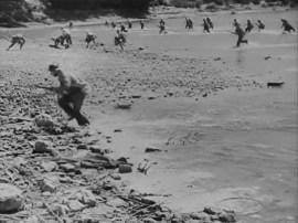 Republicanos llegando a la orilla controlada por los nacionales.
