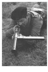 Guerrillero vasco armado con un subfusil MP-28