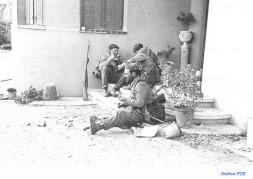 Soldados republicanos armados con fusiles mauser M1893. En el fondo puede verse uno apoyado contra la pared.