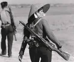 Miliciana del Vietcong con una carabina Nagant.