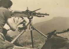 Soldado republicano utilizando una Hotchkiss.
