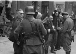 Soldado alemán durante la 2ª Guerra Mundial con su subfusil MP-28