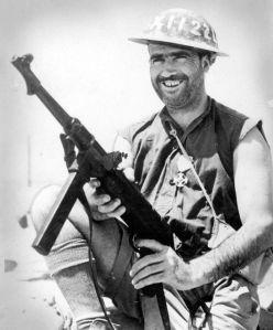Soldado británico sostiene un MP40 capturado.