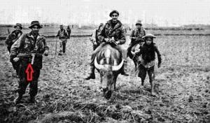 Comandos franceses en Indochina, años 50, uno de ellos porta un subfusil MP40