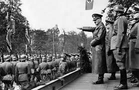 Hitler saluda a las tropas que marchan al frente.