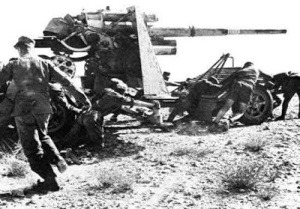 Soldados alemanes moviendo un 88mm.