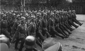 Tropas alemanas desfilan por las calles de Varsovia.