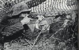 soldado alemán con un fusil MAS36 capturado.