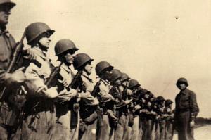 Soldados estadounidenses formando con subfusiles M3A1