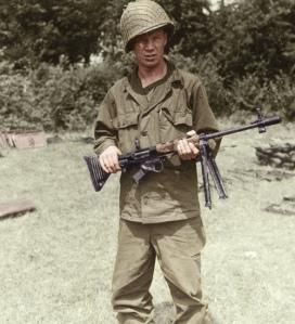 Soldado estadounidense con un fusil FG-42 capturado