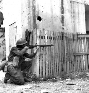 Soldado Canadiense en Ortona, durante la 2ª Guerra Mundial con un fusil Lee-Enfield MK IV