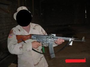 Soldado estadounidense en Afganistán sujetando un fusil Sgt 44 capturado.