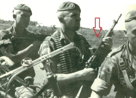 Legionario francés con un fusil MAS 49/56