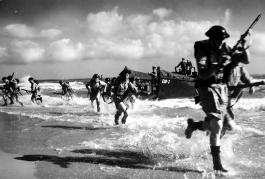 Soldados británicos desembarcando en las playas de Normandía.