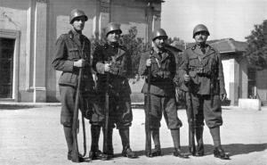 Soldados italianos durante la 2ª Guerra Mundial con fusiles carcano.