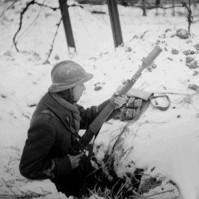 Soldado francés en una trinchera en 1940 armado con un fusil MAS36 con dispositivo lanzagranadas