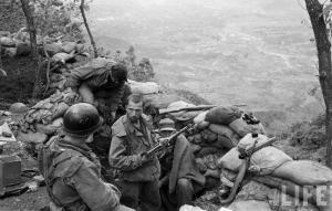 Soldado norteamericano durante la Guerra de Corea con un subfusil PPS-43