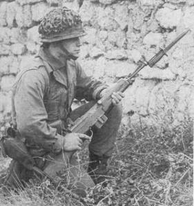 Soldado francés con un MAS 49/56 con su bayoneta.