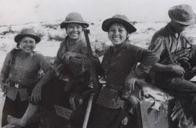 Guerrillera vietnamita sostiene un PPS-43 ruso.