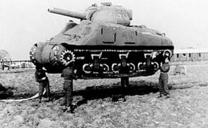 Se lanzaron muñecos y tanques hinchables para desconcertar al enemigo de la magnitud de las fuerzas.