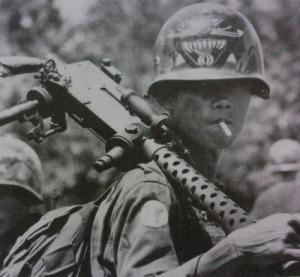 Soldado de Vietnam sur con una M1919.