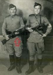 Curiosa foto de dos soldados soviéticos, uno de ellos armado con una carabina carcano