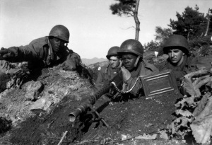 Soldados estadounidenses en la Guerra de Corea con una M1919.