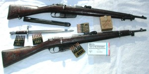 Fusiles Carcano M38 con sus cargadores.