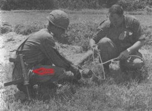 Vietnam, soldado norteamericano sostiene un subfusil M3A1.