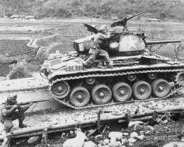 Ranger norteamericanos cruzando un pequeño puente con un tanque M24